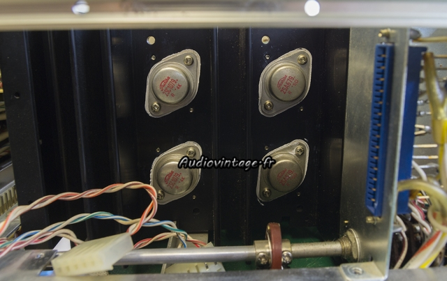 Accuphase E-202 : micas neufs et graisse fraîche sous les transistors contrôlés.