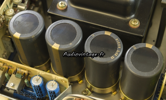 Accuphase E-202 : condensateurs de filtrage neufs en place.