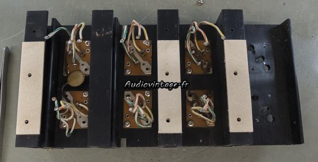 Accuphase P-300 : démontage des transistors en cours.