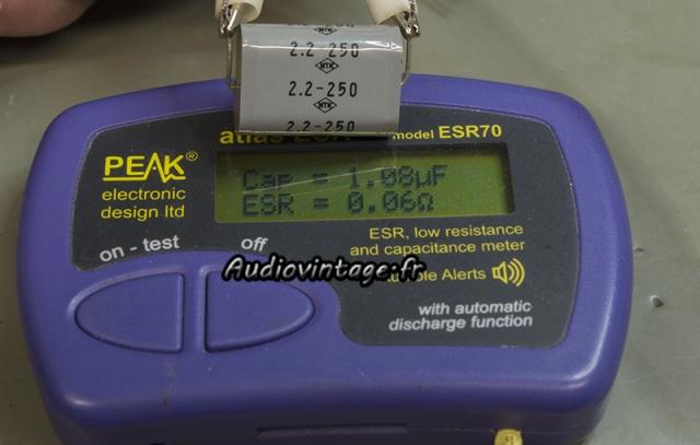 Accuphase P-300 : condensateur en mauvais état.