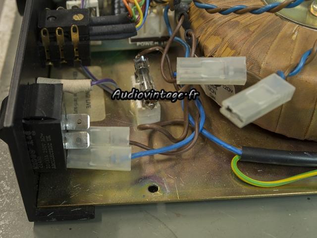 A&R Cambridge A60 : contacts intermittents sur les connecteurs secteur.