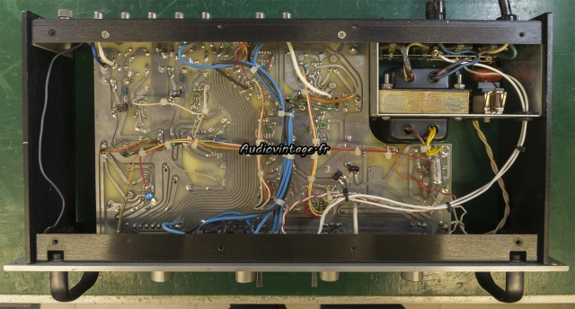 Audio Research SP-7 : à son arrivée,  dessous.