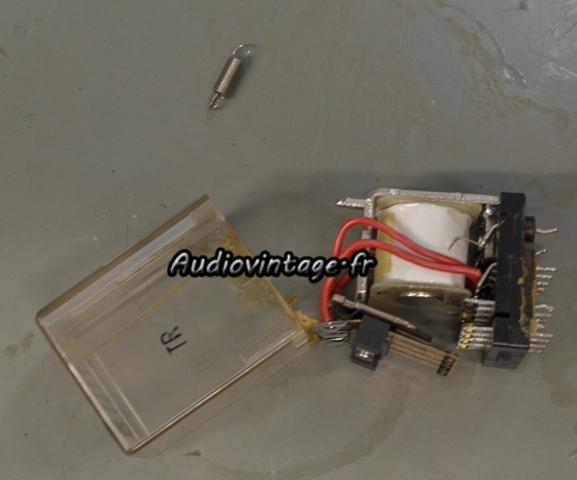 Kenwood KR-9400 : relais à nettoyer.