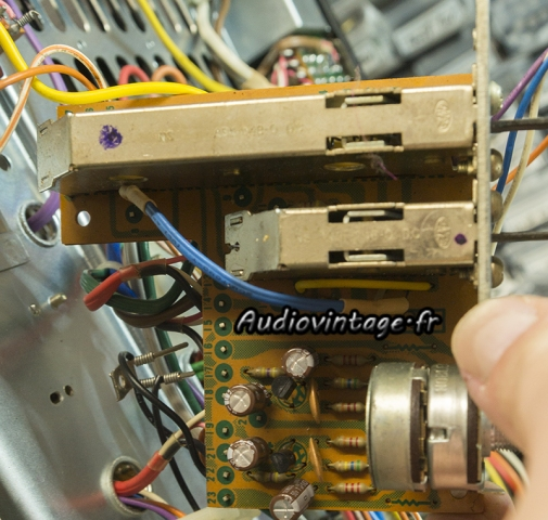 Pioneer SA-9100 : condensateurs et transistors neufs.