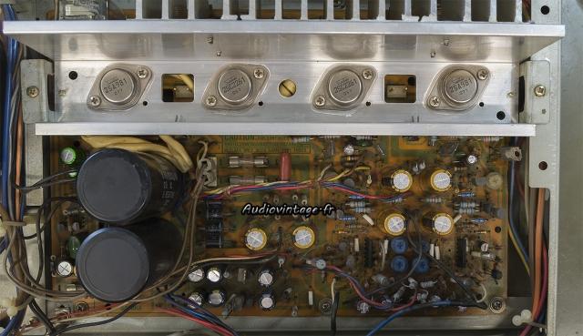 Sansui AU-317 II : transistors de puissance en place.