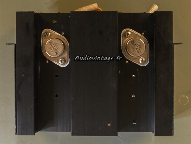 Sansui AU-517 : transistors de puissances montés sur des micas neufs et de la graisse fraîche.