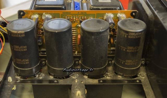 Sansui AU-517 : condensateurs de filtrage originaux en place.