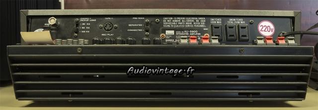 Sansui AU-5900 : radiateur à l'extérieur.