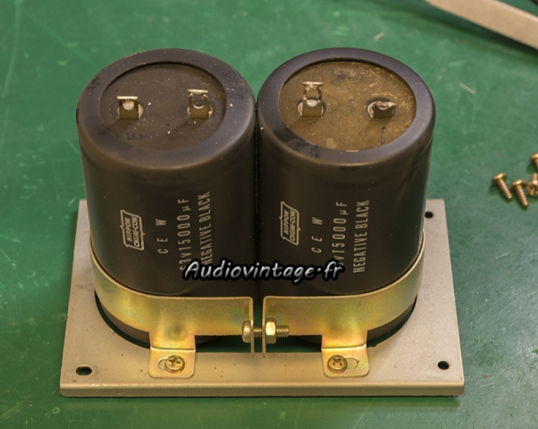 Sansui AU-7900 : condensateurs de filtrage originaux.