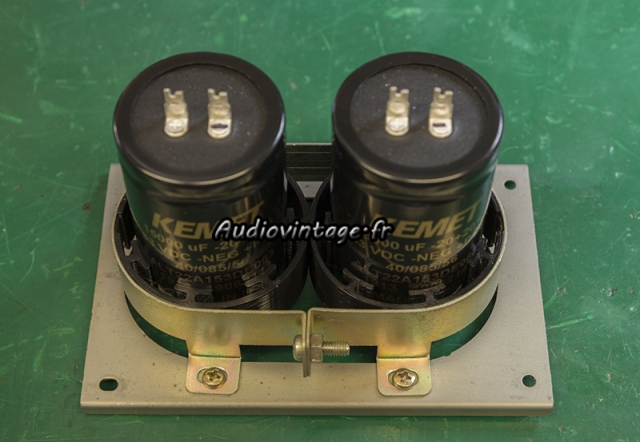 Sansui AU-7900 : condensateurs de filtrage neufs dans adaptateurs  diy.