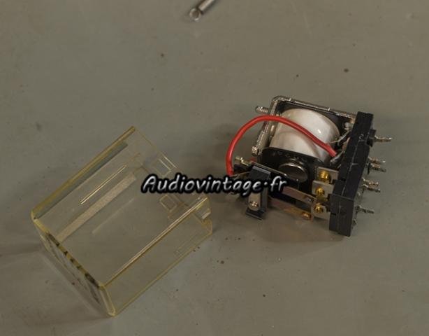 Sansui AU-7900 : nettoyage de relais en cours.