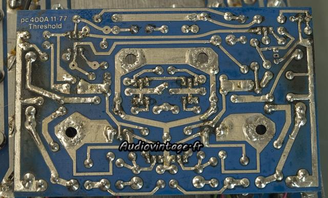 Threshold 400A :  sous le circuit driver droit.